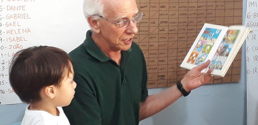 Vovô Waldir encanta turminha do GII com histórias do Menino Maluquinho
